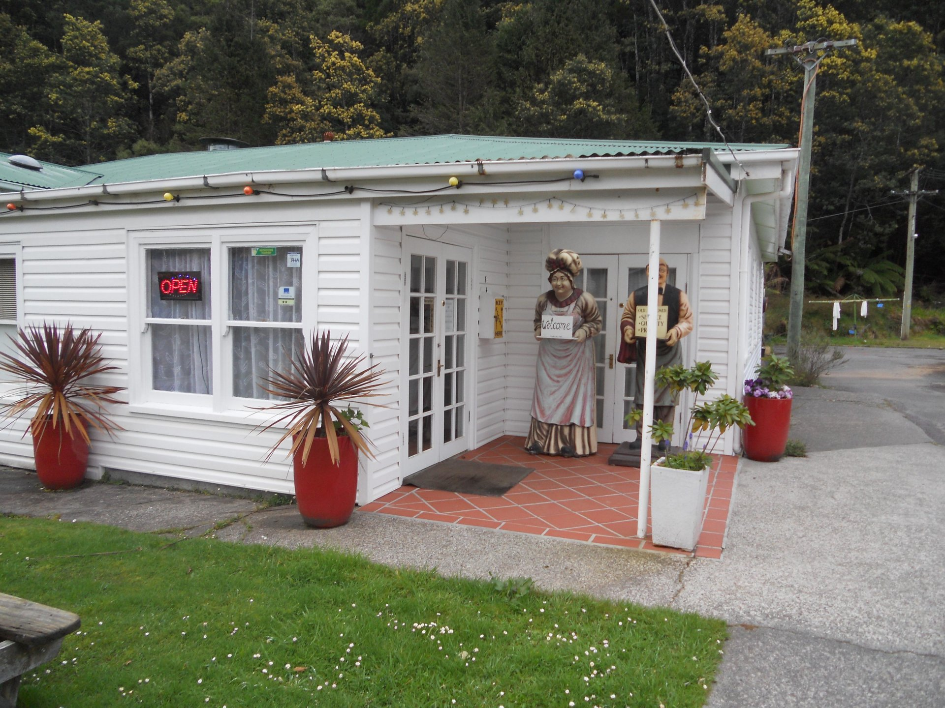 Tasmanian Freehold Motel, 41 ensuites, 46 backpacker rooms, managers home, $585,