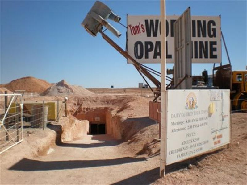 TOP TOURIST ATTRACTION - WORKING MINE AND OPAL SHOP - ZONED RESIDENTIAL / COMMER