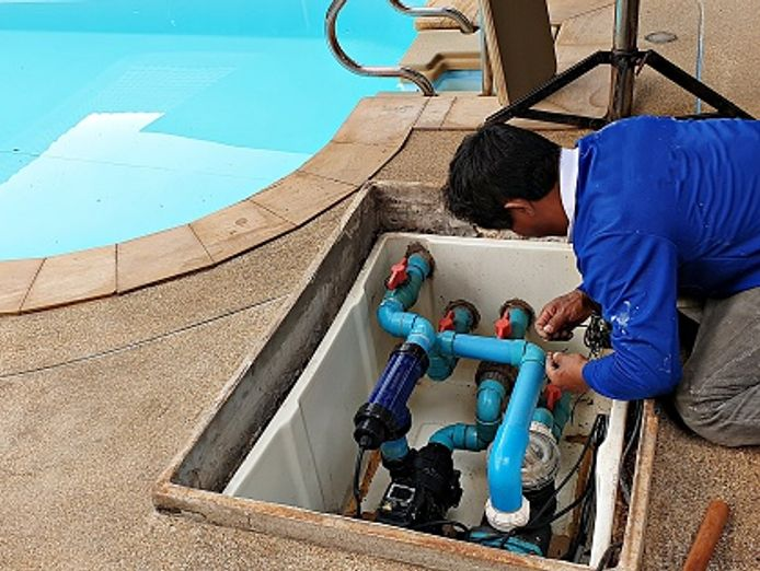 swimming-pool-cleaning-and-maintenance-1